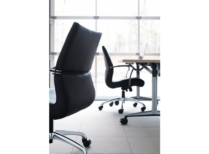Chord Executive Chairs with Akira Table